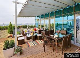 顶层公寓露天阳台藤编沙发图片