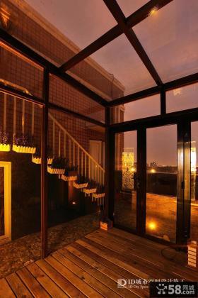 美式别墅室内木质楼梯装修效果图