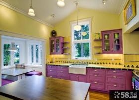 紫色与黄色搭配装饰的厨房装修效果图